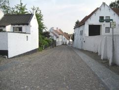 Et blik ned ad en gade i »den hvide by«.